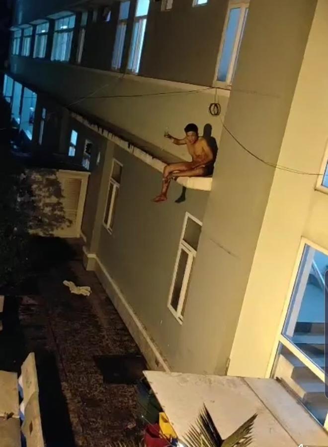Khiếp vía với người ngáo đá nhảy múa trên nóc nhà, đu cột điện-1