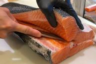 Cách đầu bếp chuyên nghiệp cắt cá hồi