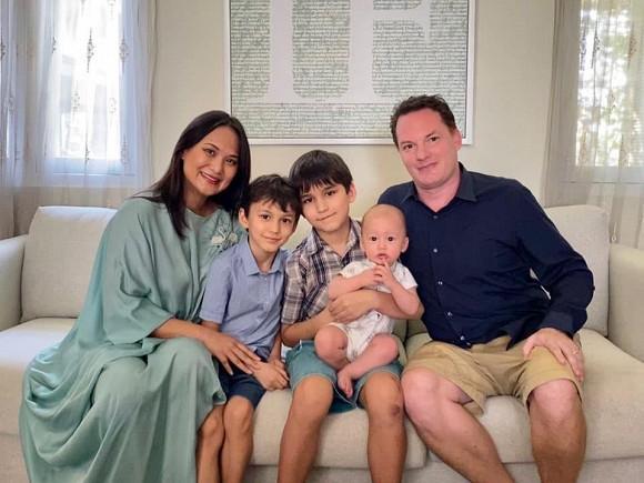 Cuộc sống hạnh phúc của chồng cũ Hồng Nhung bên người vợ mới-1