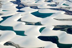 Hàng nghìn hồ nước tự nhiên xanh biếc giữa sa mạc Brazil
