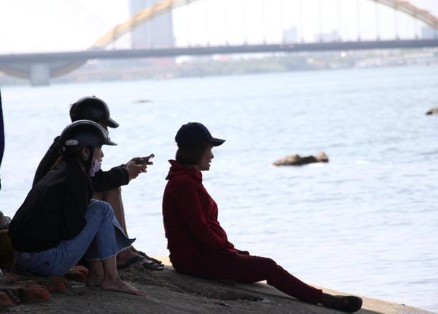 Buồn chuyện tình cảm, thanh niên đưa số điện thoại mẹ cho tài xế Grab rồi nhảy sông tự tử-2