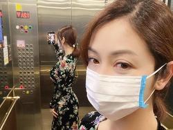 Mẹ bỉm sữa Jennifer Phạm đăng ảnh 'tự sướng', gây chú ý là vóc dáng phản chiếu qua gương