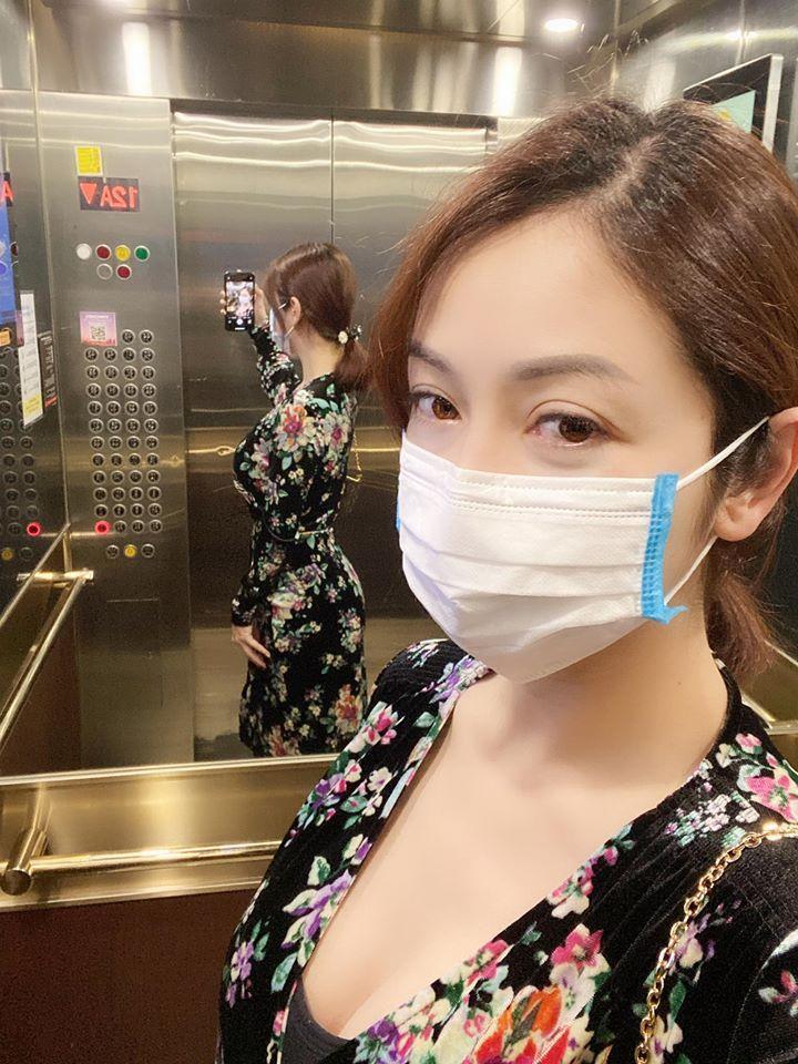 Mẹ bỉm sữa Jennifer Phạm đăng ảnh tự sướng, gây chú ý là vóc dáng phản chiếu qua gương-1