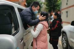 Nghẹn ngào nụ hôn tạm biệt của cặp vợ chồng chia tay nhau vì virus corona