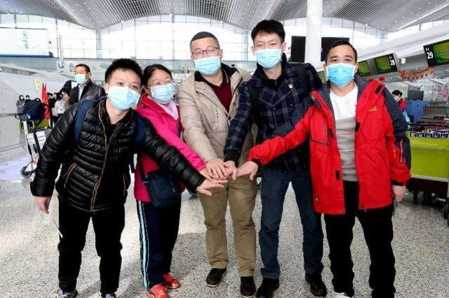 Nghẹn ngào nụ hôn tạm biệt của cặp vợ chồng chia tay nhau vì virus corona-1