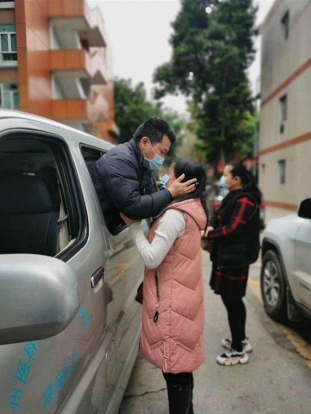 Nghẹn ngào nụ hôn tạm biệt của cặp vợ chồng chia tay nhau vì virus corona-4