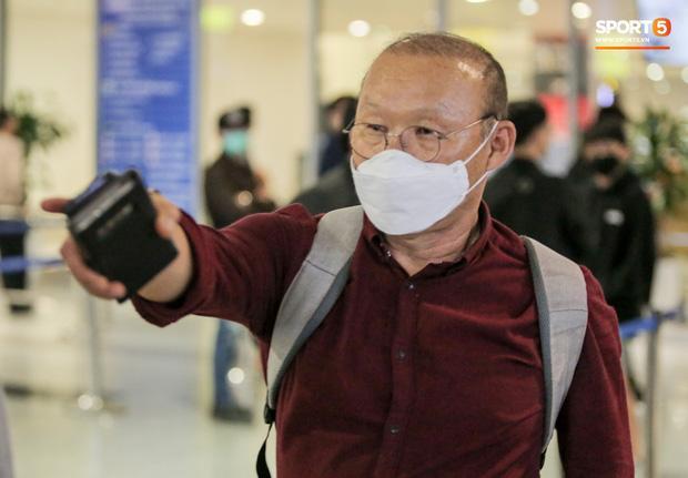 HLV Park Hang Seo vượt qua kiểm tra thân nhiệt tại sân bay Nội Bài-1