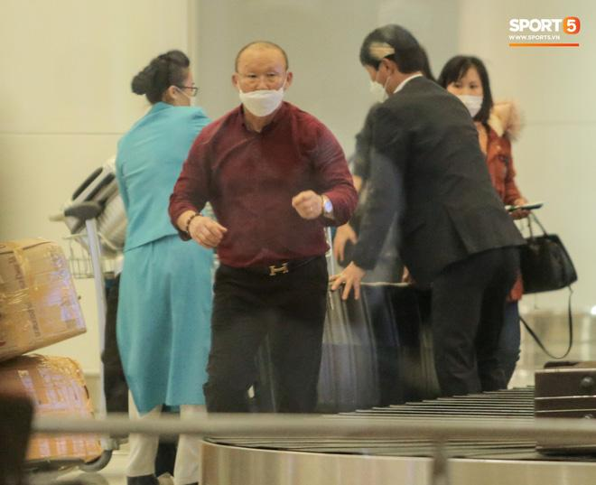 HLV Park Hang Seo vượt qua kiểm tra thân nhiệt tại sân bay Nội Bài-4