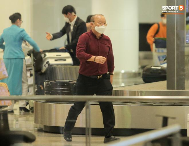 HLV Park Hang Seo vượt qua kiểm tra thân nhiệt tại sân bay Nội Bài-5