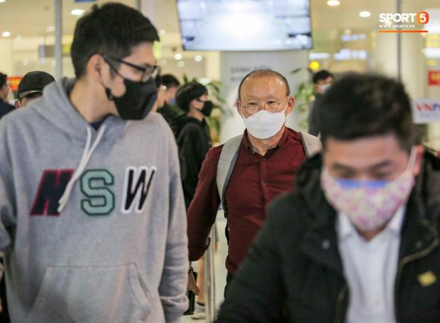 HLV Park Hang Seo vượt qua kiểm tra thân nhiệt tại sân bay Nội Bài-2