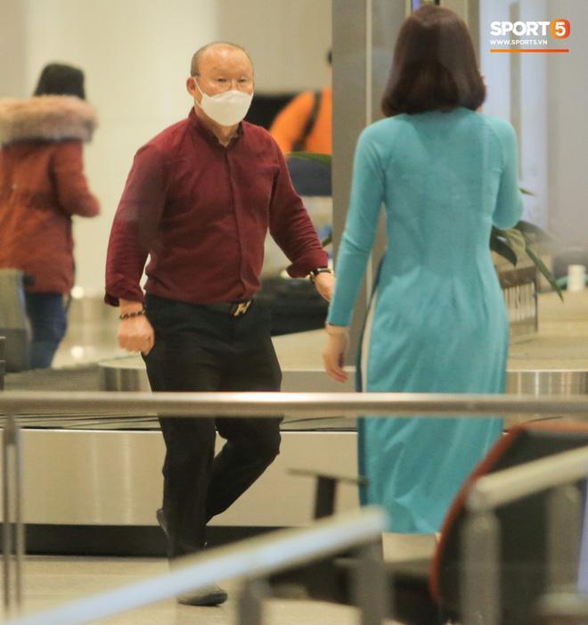 HLV Park Hang Seo vượt qua kiểm tra thân nhiệt tại sân bay Nội Bài-6