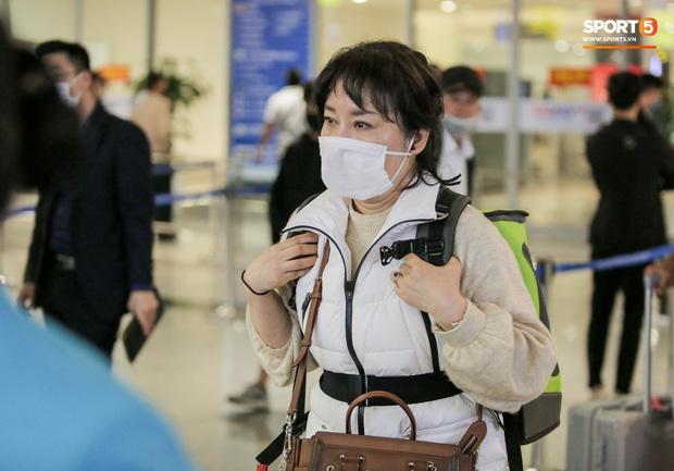 HLV Park Hang Seo vượt qua kiểm tra thân nhiệt tại sân bay Nội Bài-3
