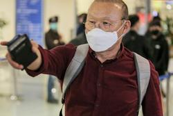 HLV Park Hang Seo vượt qua kiểm tra thân nhiệt tại sân bay Nội Bài
