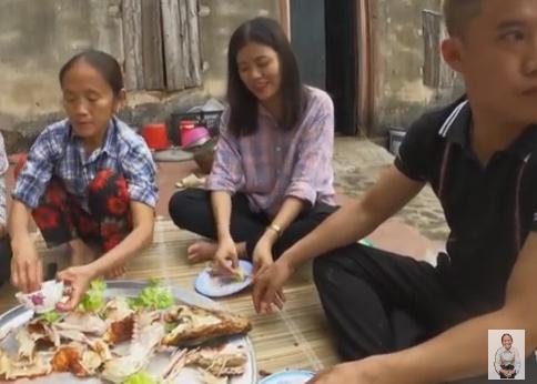 Bà Tân Vlog khoe làm món cá sấu khổng lồ nhưng con gái ruột lại chiếm sóng vì ngoại hình xinh đẹp-6
