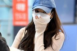 'Thư ký Kim' Park Min Young đeo khẩu trang kín mít nhưng vẫn gây chú ý vì lộ eo gợi cảm