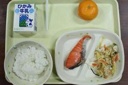 Nhân viên nhiễm Covid-19 chia đồ ăn cho gần 200 học sinh Nhật Bản