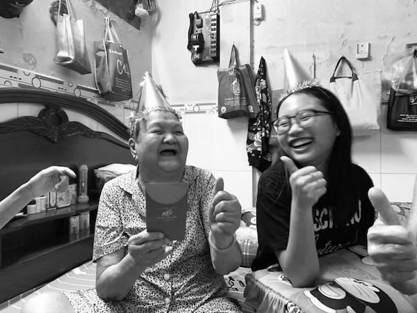 Xúc động hình ảnh ông ngoại Phương Mỹ Chi ngồi khóc trước di ảnh vợ: Tôi nhớ bà lắm-1