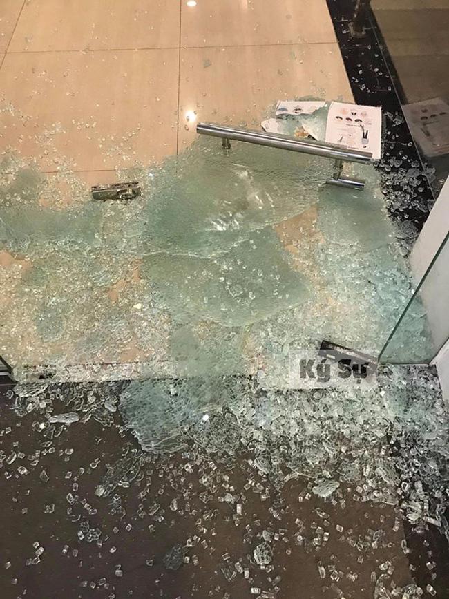 Sếp bị vợ lao đến cơ quan đập tan cửa kính lôi về, ai cũng tưởng vì ghen nhưng sự thật ngã ngửa...-1