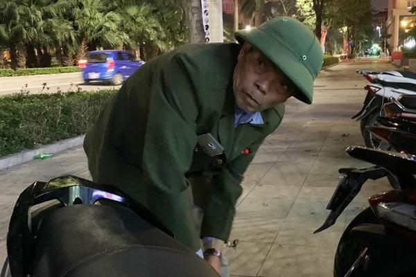 Ông lão bảo vệ bất lực nhìn trộm lấy chiếc SH-1