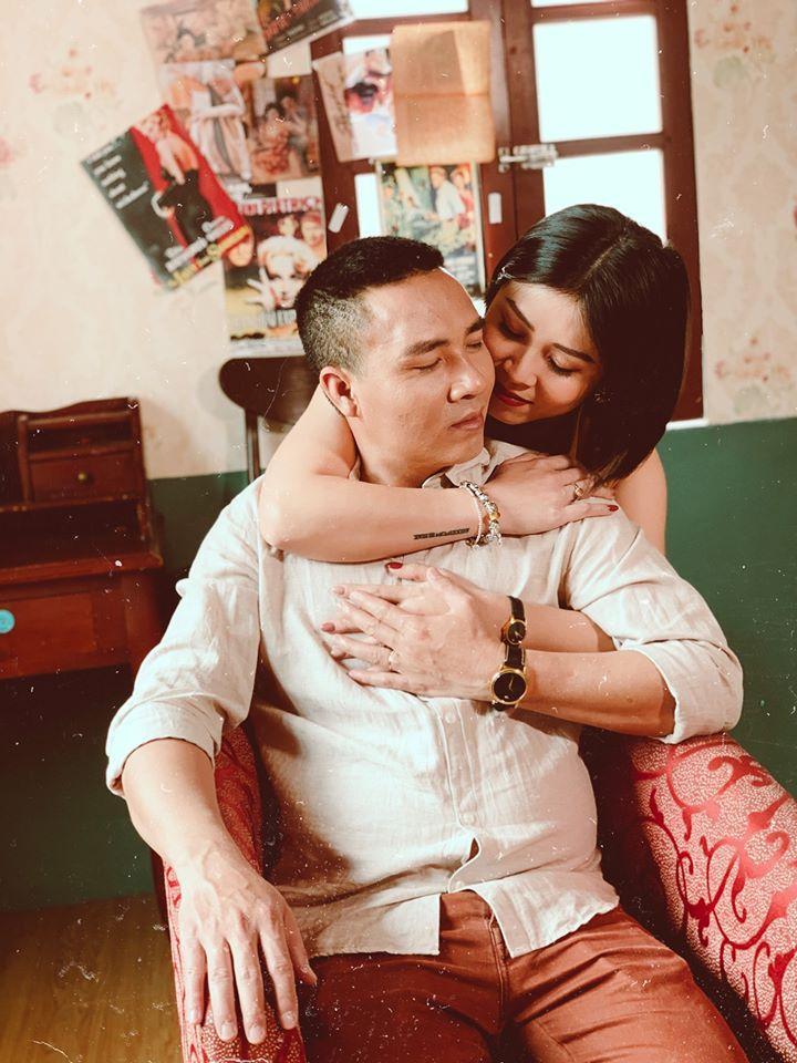 Tròn 2 năm ngày lừa nhau chui đầu vào rọ, MC Hoàng Linh tung loạt ảnh cực nóng bên chồng-5