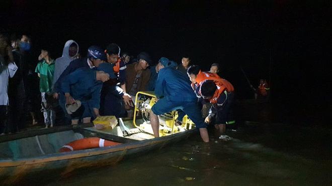 Ghe chở 10 người vượt sông đi cúng đầu năm bị chìm, đã vớt được 3 thi thể, còn 3 người mất tích-1
