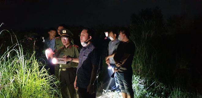 Ghe chở 10 người vượt sông đi cúng đầu năm bị chìm, đã vớt được 3 thi thể, còn 3 người mất tích-4