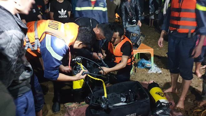 Ghe chở 10 người vượt sông đi cúng đầu năm bị chìm, đã vớt được 3 thi thể, còn 3 người mất tích-5