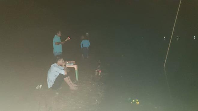 Ghe chở 10 người vượt sông đi cúng đầu năm bị chìm, đã vớt được 3 thi thể, còn 3 người mất tích-6