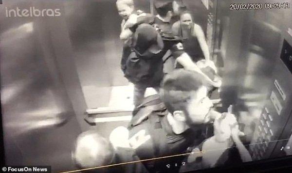 Clip: Con chó pitbull lừng lững lao vào thang máy tấn công em bé 18 tháng, bảo mẫu không kịp trở tay-4