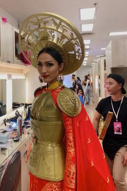 Hoài Sa 'trong áo dài, ngoài áo giáp' như nữ chiến binh tại Hoa hậu Chuyển giới quốc tế 2020