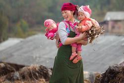 Vẻ đẹp tỏa nắng của cô gái H'Mông đốn tim CĐM, đáng chú ý hơn nữa là hình ảnh em bé ngủ ngặt nghẽo đáng yêu trên lưng mẹ