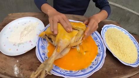 CHỨNG NÀO TẬT NẤY: Con trai bà Tân Vlog khiến người nhìn phát ghê khi dùng tay trần sờ mó đồ ăn-1