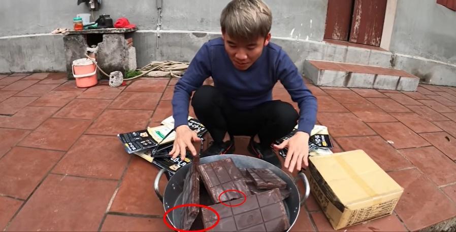 CHỨNG NÀO TẬT NẤY: Con trai bà Tân Vlog khiến người nhìn phát ghê khi dùng tay trần sờ mó đồ ăn-8