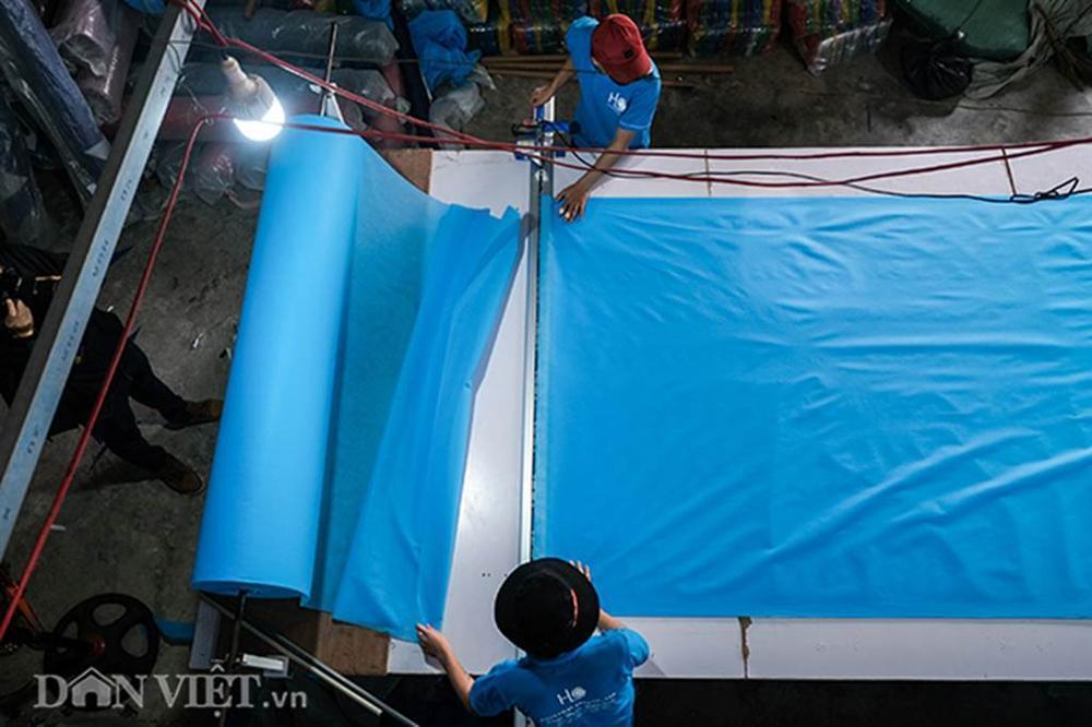 Covid-19: Chủ xưởng áo mưa chuyển sang may khẩu trang phát miễn phí-3
