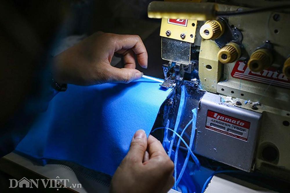 Covid-19: Chủ xưởng áo mưa chuyển sang may khẩu trang phát miễn phí-5