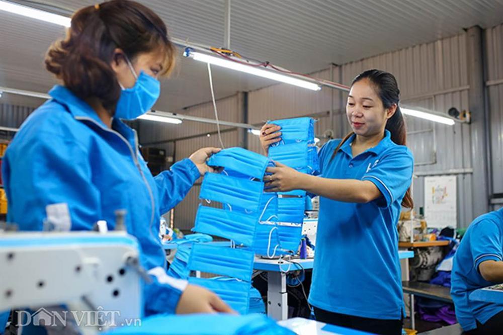 Covid-19: Chủ xưởng áo mưa chuyển sang may khẩu trang phát miễn phí-7