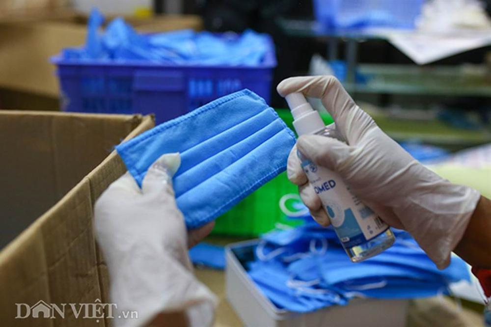 Covid-19: Chủ xưởng áo mưa chuyển sang may khẩu trang phát miễn phí-9