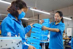 Covid-19: Chủ xưởng áo mưa chuyển sang may khẩu trang phát miễn phí