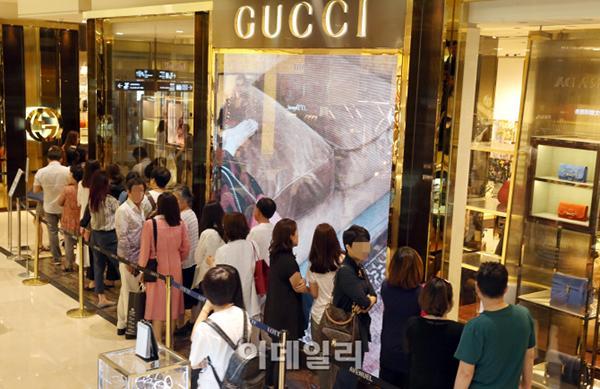 Dân Hàn tranh thủ dịch nCoV để... xếp hàng mua đồ hiệu-2