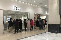 Dân Hàn tranh thủ dịch nCoV để... xếp hàng mua đồ hiệu