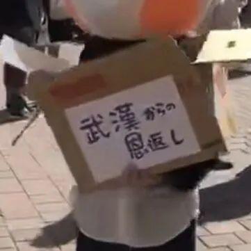 Cô gái Trung Quốc hành động đẹp ở đường phố Nhật Bản, điều đặc biệt là dòng chữ trên thùng khẩu trang phát miễn phí-4