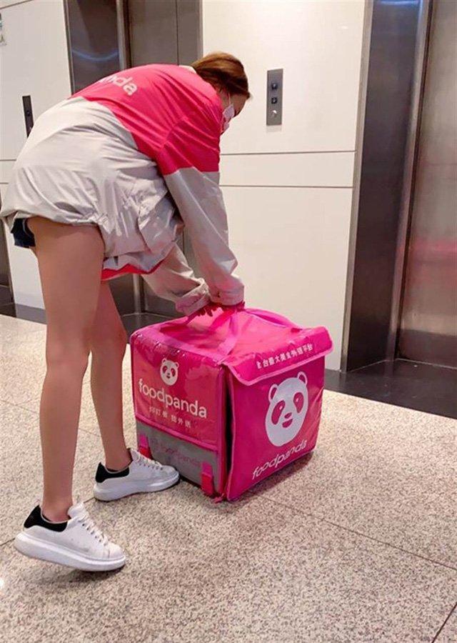 Đi giao hàng mặc quần ngắn cũn lộ nửa vòng 3, nữ shipper khiến dân mạng dậy sóng-1