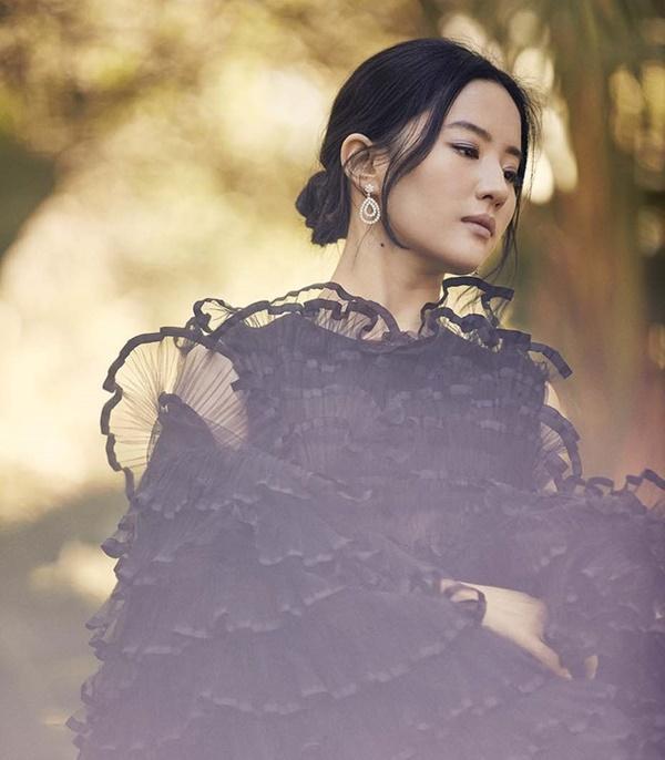 Lưu Diệc Phi chia sẻ sự khổ cực khi vào vai Mộc Lan trên tạp chí Mỹ-8