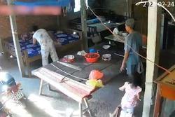 Phẫn nộ clip mẹ chồng bị con dâu bạo hành ở Tiền Giang