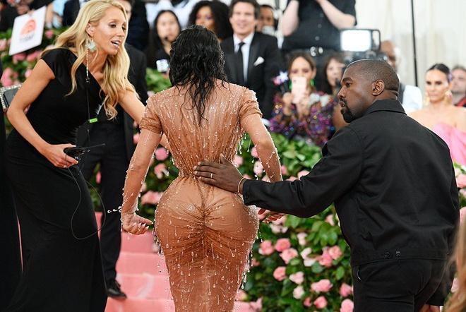 Mặc quần áo bó sát cơ thể như Kim Kardashian nguy hiểm thế nào?-4