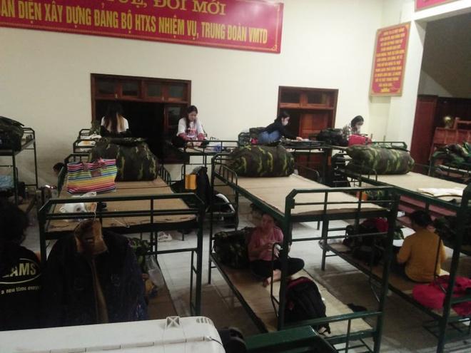 Hàng trăm người về từ Hàn Quốc kẹt nhiều giờ tại Nội Bài-2