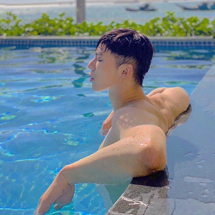 Erik lần đầu ở trần khoe cơ bắp cuồn cuộn bên bể bơi-4