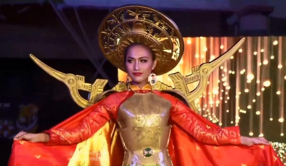 Hoài Sa tỏa sáng rực rỡ với phần thi quốc phục tại Hoa hậu Chuyển giới Quốc tế 2020-2