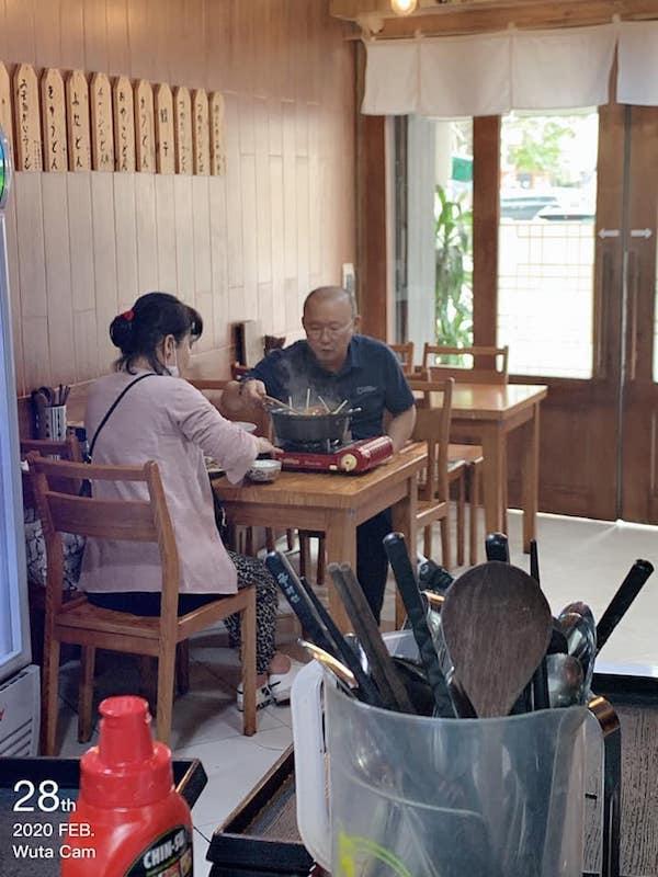 Dân mạng bắt quả tang thầy Park giản dị, dẫn vợ đi ăn lẩu bình dân Việt Nam-1