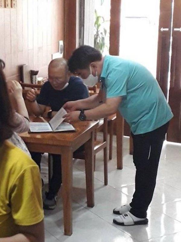Dân mạng bắt quả tang thầy Park giản dị, dẫn vợ đi ăn lẩu bình dân Việt Nam-2